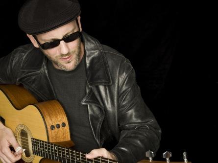 Adam Rafferty kombinuje akustickou hru na kytaru s beatboxem. Zavítá do Tábora