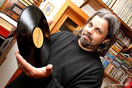 Standa Fuka je zdravě závislý. Sbírá desky a opravuje gramofony. Vrací tím lidem radost