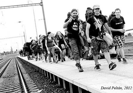 První fotky: Tisíce lidí míří na Mighty Sounds