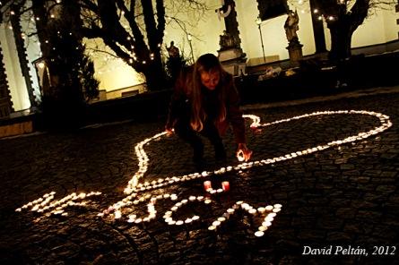 Na náměstích vzplanula srdce. Lidé uctili památku Václava Havla i protestovali