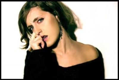 Křehká dívčina Viki zazpívala ve Vaně česky, anglicky i francouzsky