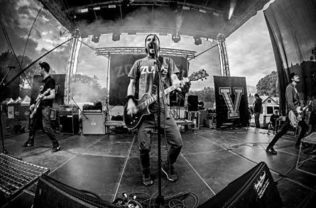 První ročník festivalu NewCastles v Nových Hradech. Seven hráli na kytary vrtačkou