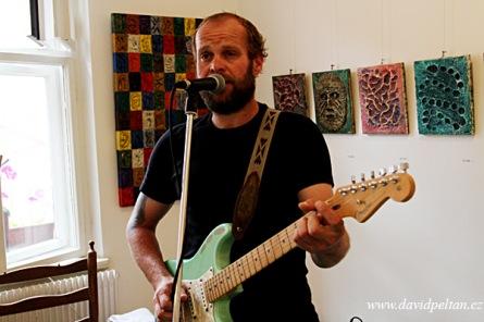 Petr Beneš spontánně maluje, výsledek je v UmaUma. V Recyklu zahráli bluesmeni