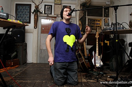 Slam poetry v Dílně vyhrál Sláďa s básněmi pro Evu. Odnesl si sošku a pusu
