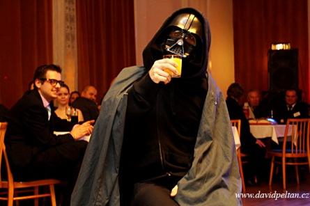 Na ples budoucích podnikatelů přišel Darth Vader. Chybělo mu brčko