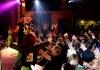 Vyprodané Divadlo Pod Čarou uctilo zesnulého Bakču z E!E. Sám ten večer nehulil
