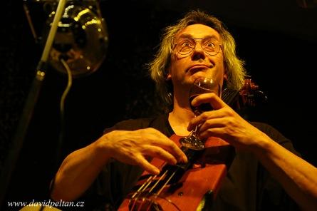 Ivan Hlas v triu zvedal zcela naplněný Vesnický hudební klub ze židlí