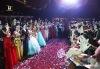 Ples gymnazistů byl ve finále pěkný cirkus. Pro tombolu si přišel maskovaný muž