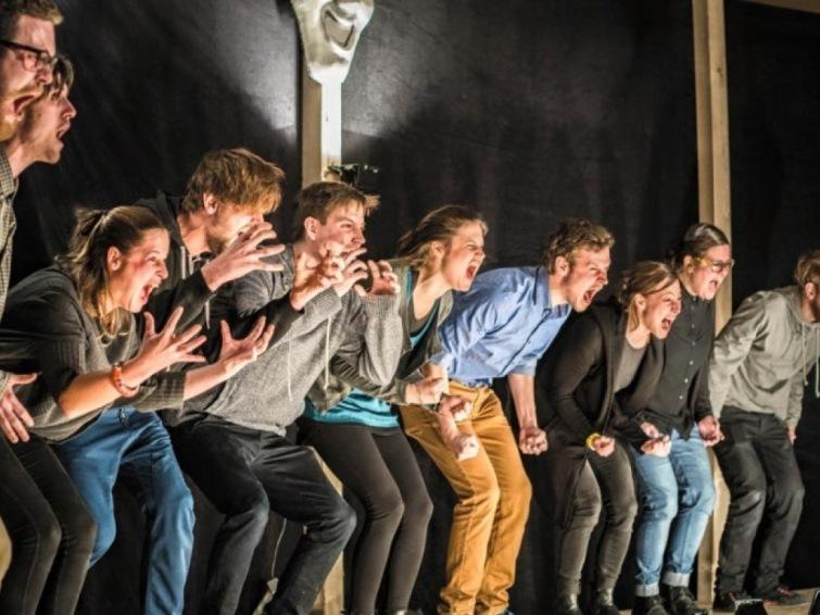 Emotivní představení až na kost. Absolventi DAMU se vyzpovídají divákům