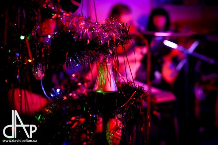 Vánoce s příchutí rokenrolu. A přišel i básník a kouzelník
