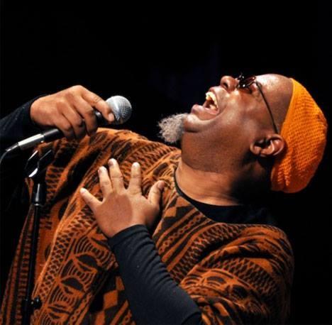 Tichou noc v jazzovém kabátě slibuje afroamerický zpěvák Dwight Trible