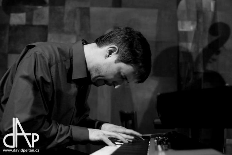 Jazzová tečka Vánoc. Divadelní kavárnu naplnilo jazz trio Járy Bárty