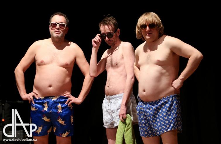 Srandy kopec. Tros Boys z Komediografu odehráli premiéru Nekorektních skečů v Táboře
