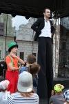 Komedianty v ulicích viděly stovky lidí. Pila se piva na ex i se tančilo na balkán