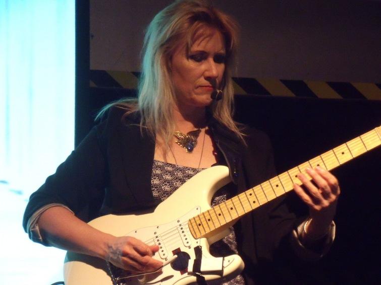 Jacksonova kytaristka přijede na jih Čech. Kytara napříč žánry láká na kytarové rebelky