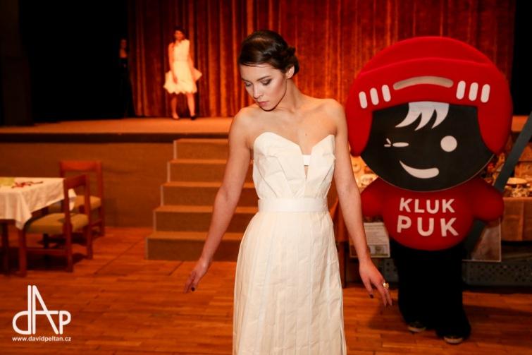 Šaty z papíru zpestřily podařený flerjarmark. Ten pomůže v boji se sklerózou