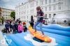 Na náměstí lidé zkoušeli stav beztíže i surf
