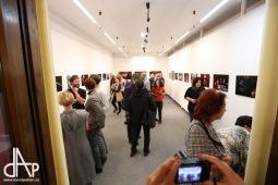 Vernisáž výstavy fotografií avizuje Noc divadel