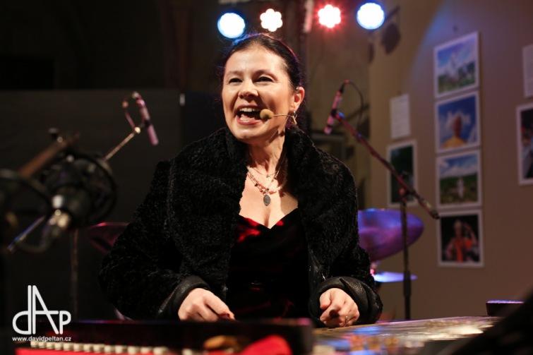 Vánoční koledy do netradičního najazzlého hávu oblékla Zuzana Lapčíková s kapelou