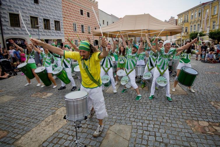 Třicet bubeníků předvede brazilskou show na slavonickém náměstí