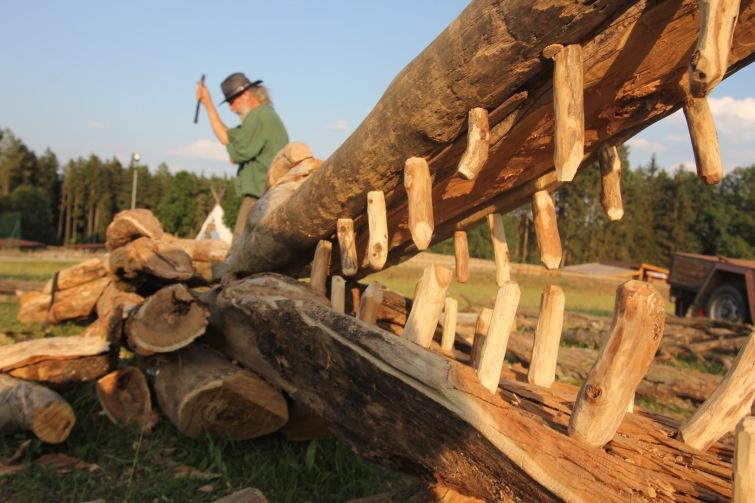 V zoologické zahradě v Táboře ožil díky výtvarníkům obří dřevěný krokodýl