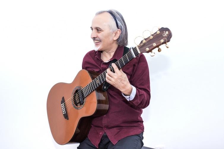 Handicap není překážkou. Jednoruký kytarista z Chile vystoupí na jihu Čech