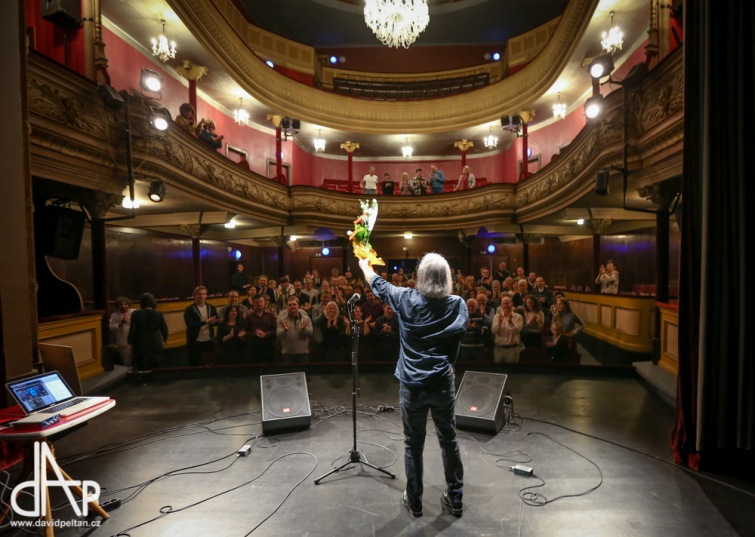 Jednoruký kytarista Andrés Godoy přivezl z Chile do Tábora dobrou náladu