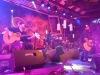 Škwoři zahráli akusticky v táborském Hotelu Palcát. Střídat je budou Wohnout