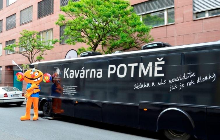 Autobusová kavárna Potmě míří na borůvkobraní do Borovan. Naposledy