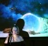 Charismatický písničkář, pětinásobná lepá matka, mysteriózní projekce. Tak může vypadat benefiční koncert