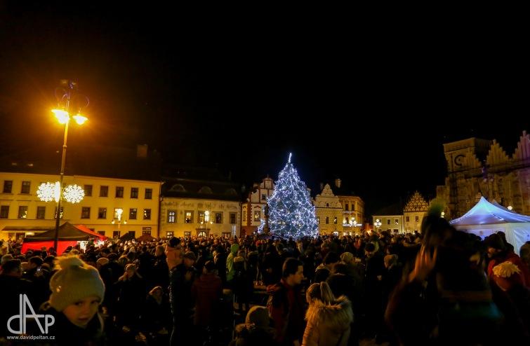 Tábor i Bechyně rozsvítily vánoční strom. S Nuzickým zvonkem zpívalo celé náměstí