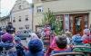 Lidé korzovali ulicemi, poslouchali i vzpomínali na básníka