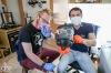 Zdravotník a hasič doma vyrábí unikátní brýlové klipy na tiskárně. Pomáhají kolegům